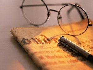 glasses-and-pen-on-the-newspaper-close-up-91610